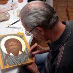 Travail de finition d'une Sainte Face par Jean-Claude un élève de l'atelier